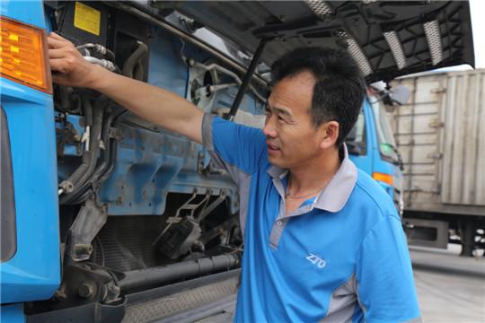 今年23岁的郑辉金是中通海口转运中心的一名扫描员